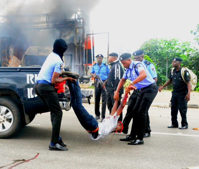 Shiite-Group-clash-with-Police-in-Abuja-4a